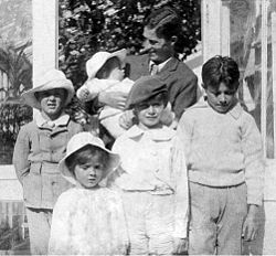 Arthur in 1905, with his sons Nico (in arms), Jack, Michael, Peter, George